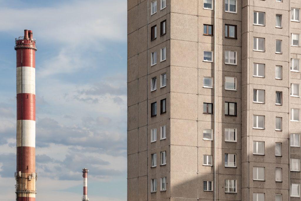 Nieuregulowany grunt pod budynkiem - budownictwo spółdzielcze.